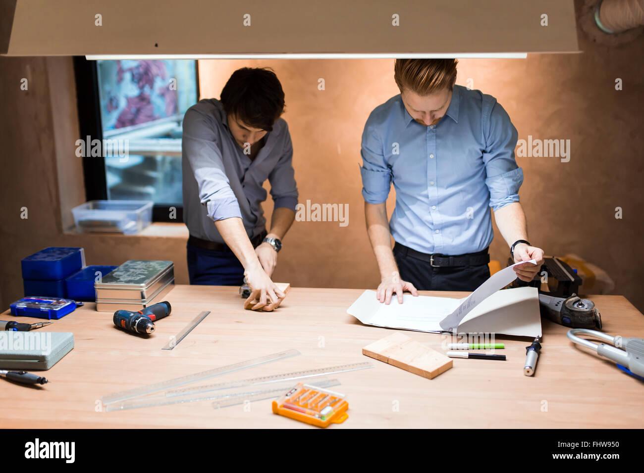 Zwei kreative Designer arbeiten in Werkstatt und individuelle Möbel Stockbild