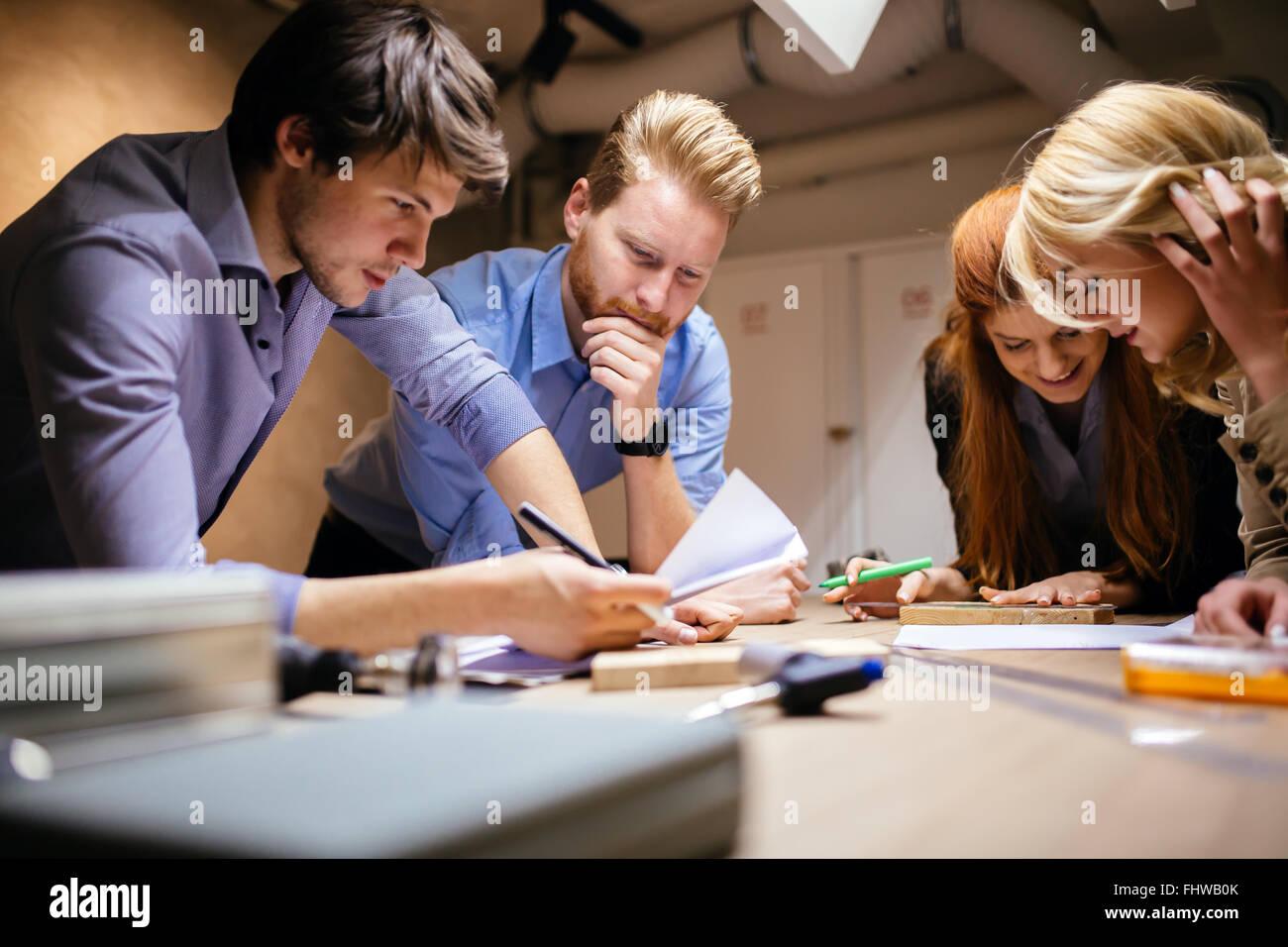Gruppe von kreativen brainstorming und arbeitet an einem Projekt Stockbild