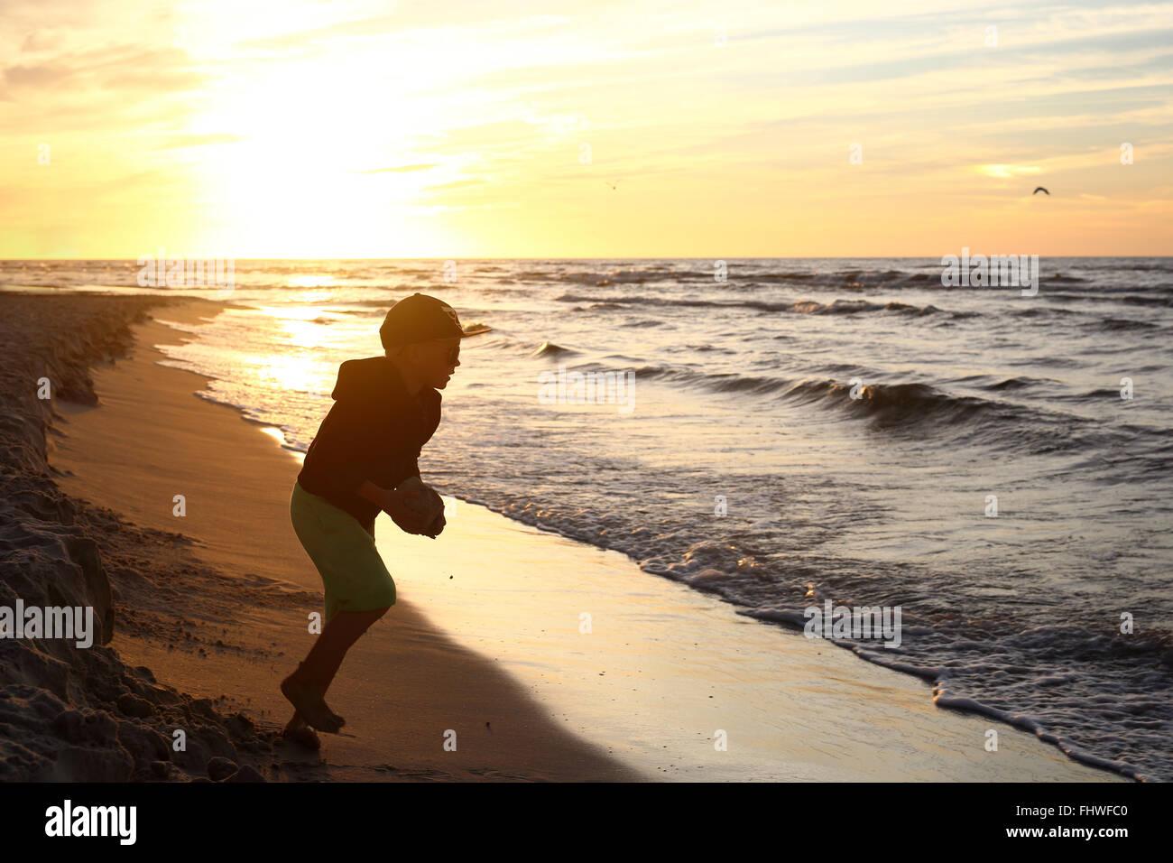 Sonnenuntergang über dem Meer. Spaß bei Sonnenuntergang. Glücklicher Tag. Walking am Strand, Sonnenuntergang Stockbild