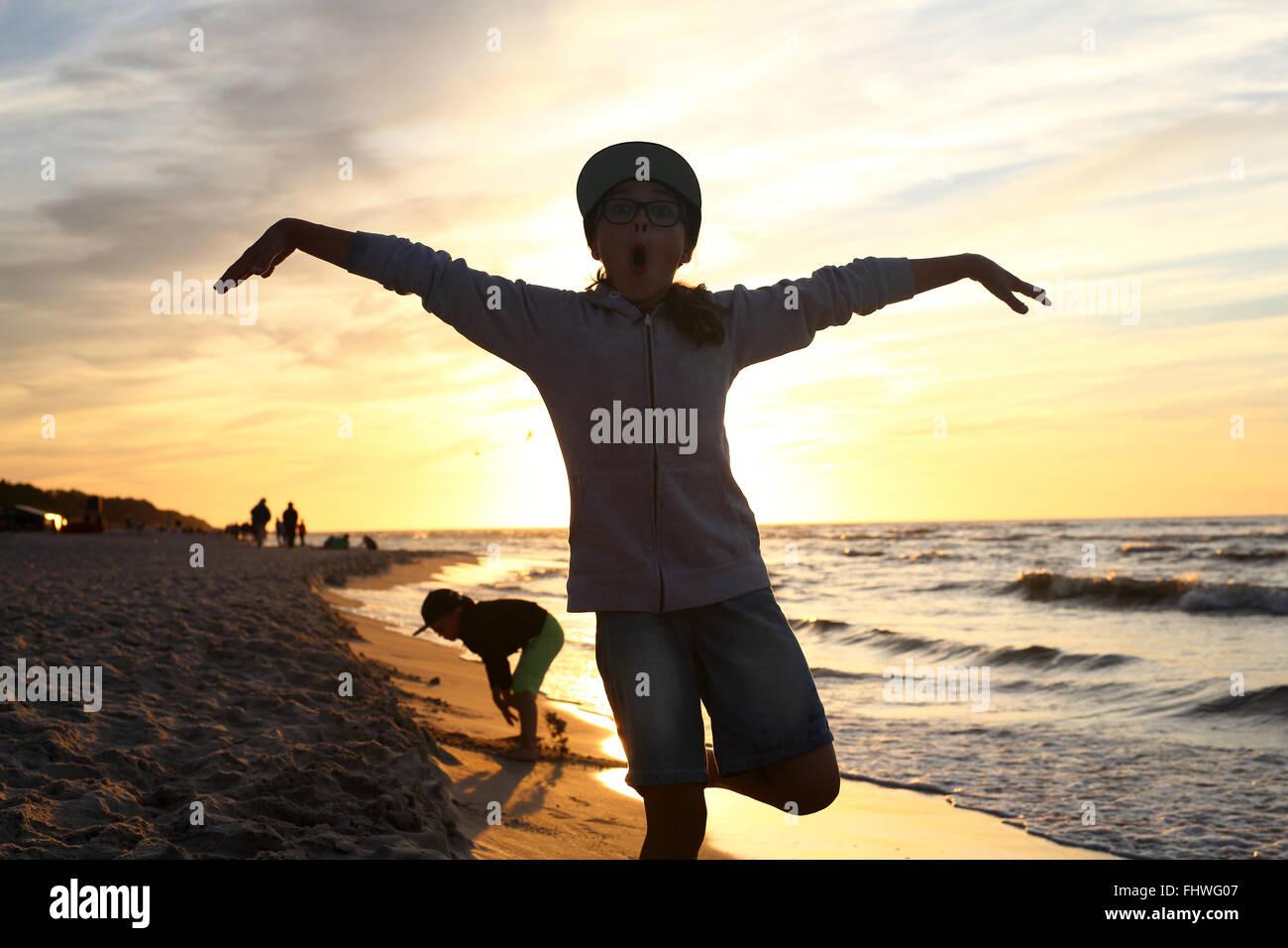 Urlaub! Das Mädchen springt hoch an einem Sandstrand Stockbild