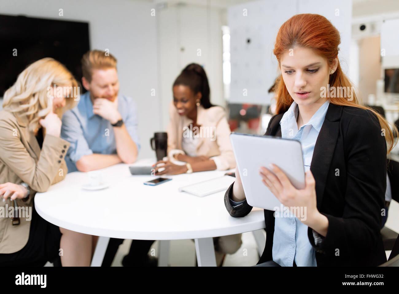 CEO der Firma holding Tablette Vorstandssitzung während Mitarbeiter neue Strategie diskutiert Stockbild