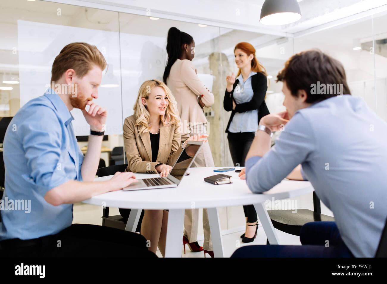 Gruppe von Geschäftsleuten im Büro arbeiten und neue Ideen zu diskutieren Stockbild