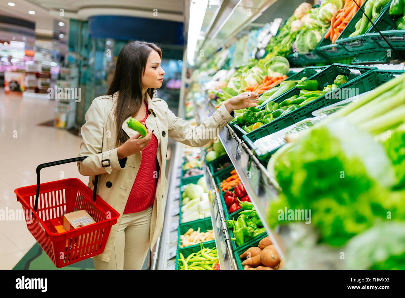 Schöne Frauen Obst und Gemüse im Supermarkt einkaufen Stockbild