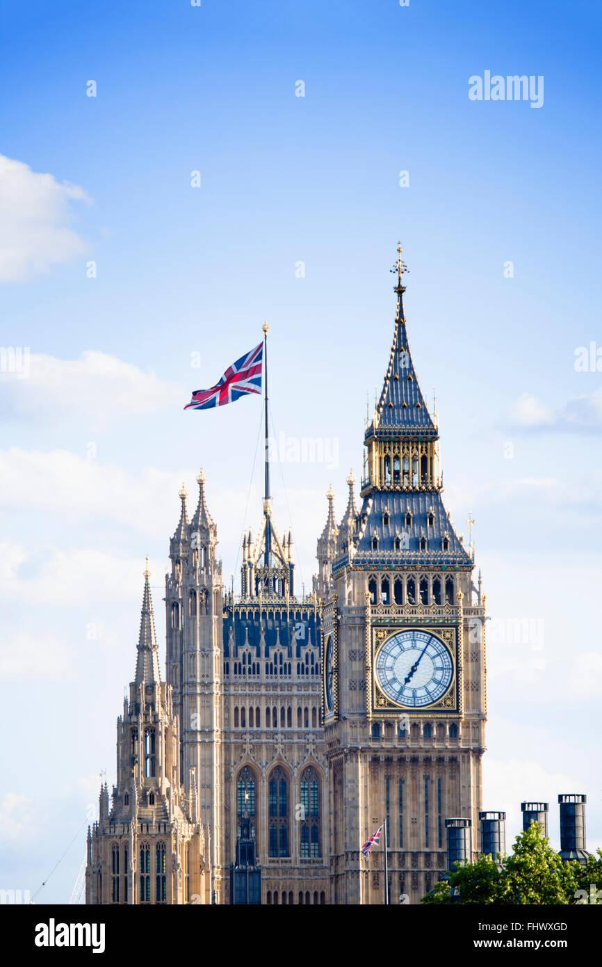 London - Big Ben und den Houses of Parliament (Palace of Westminster) mit Union Jack UK national Flagge Stockbild