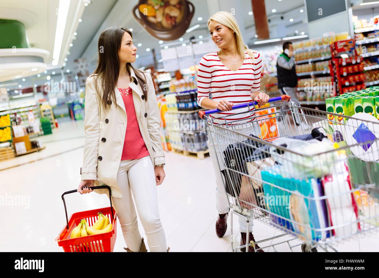 2b0a1a583f Zwei schöne Frauen, Einkauf im Supermarkt Stockfoto, Bild: 97070896 ...