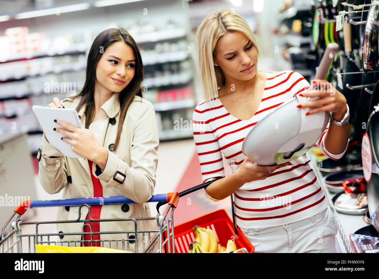 Frauen Kochgeschirr im Supermarkt einkaufen Stockbild