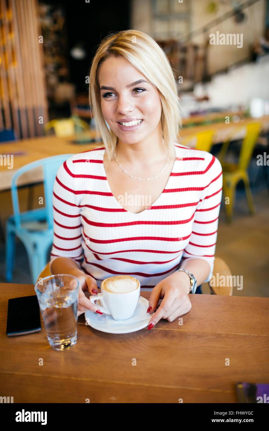 Schöne Frau genießen Sie Getränke im schönen café Stockbild