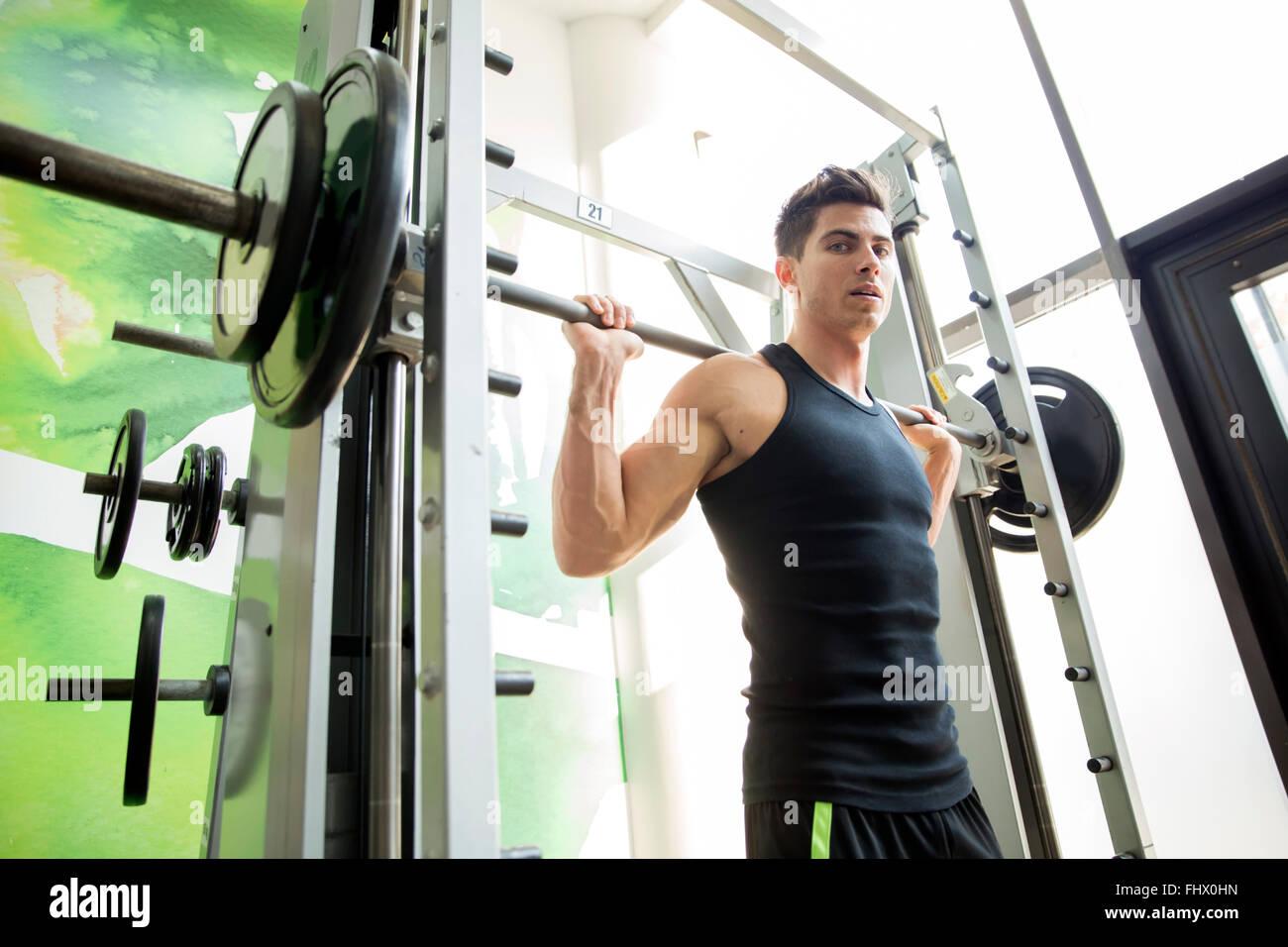 Gut aussehender Mann training im Fitness-Studio, Fit und stark zu bleiben Stockbild