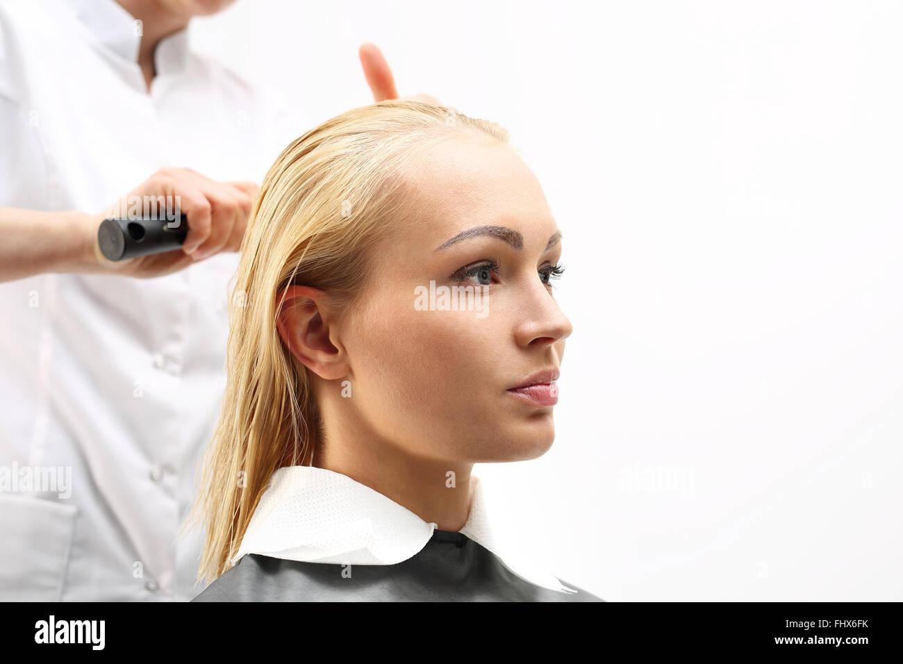 Mittellange Haare Die Frau Beim Friseur Haare Zu Kämmen Die Frau