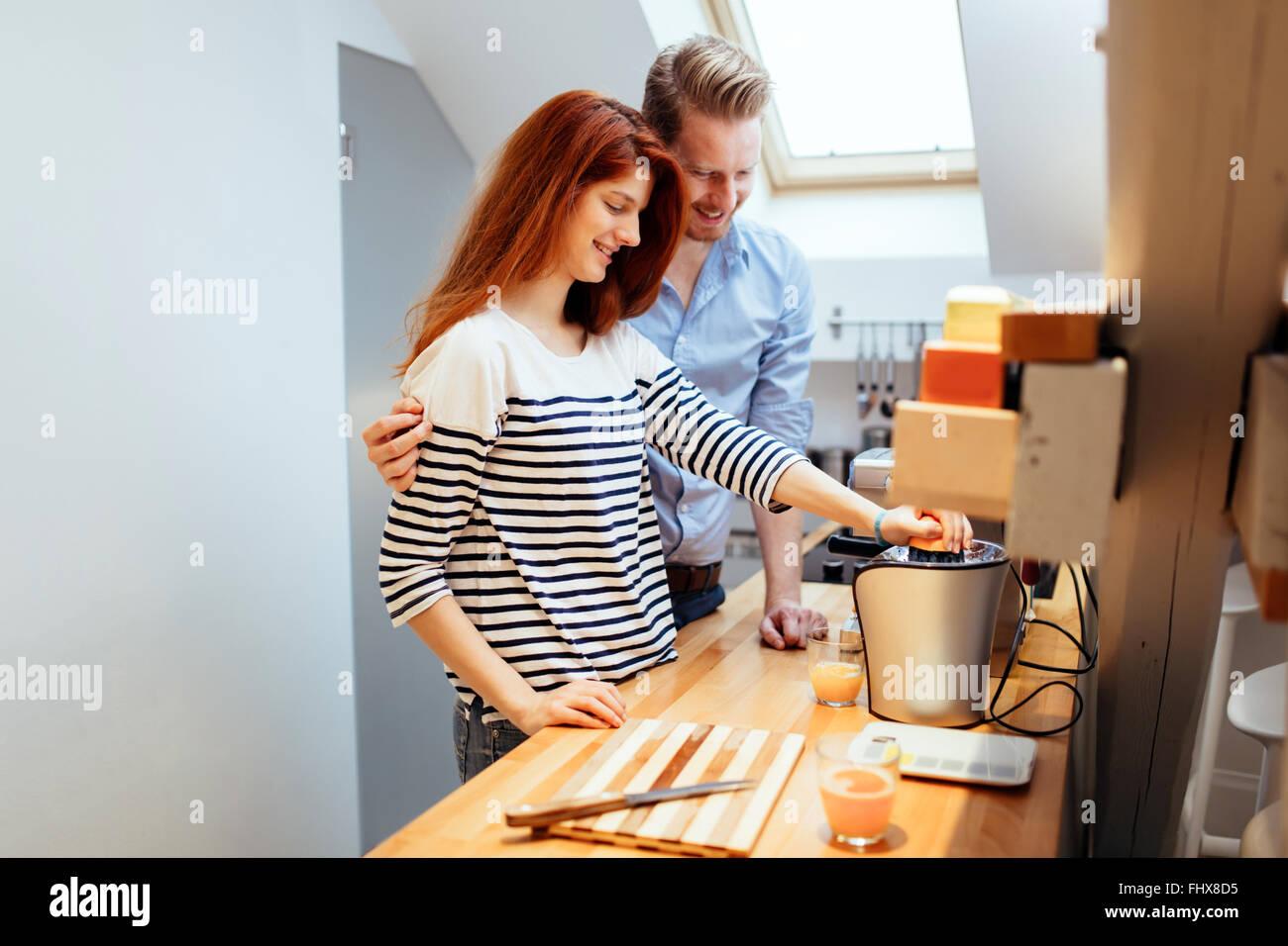 Mann, die Frau in der Küche Mahlzeiten zubereiten zu helfen Stockbild