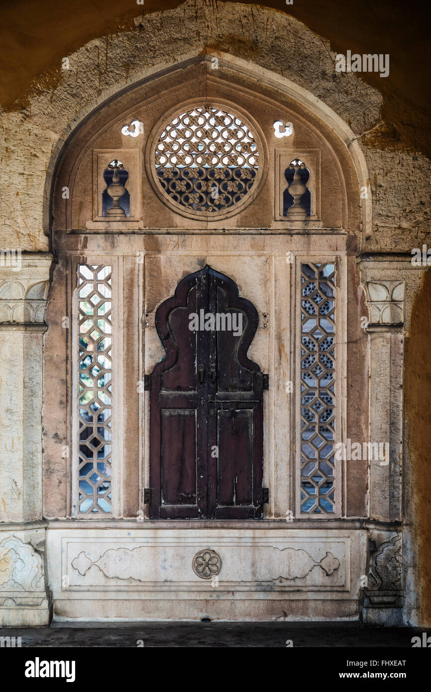 eine geschlossene Holzfenster in einem indischen Rahmen Stockbild