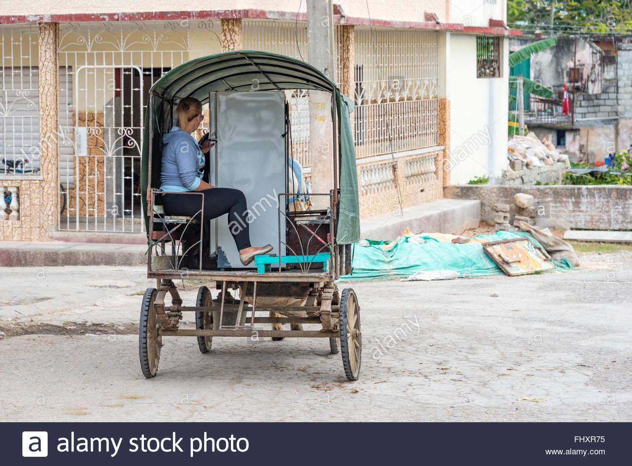 Amerikanischer Kühlschrank Transportieren : Kubanische pferdekutsche kutsche einen kühlschrank in der stadt zu