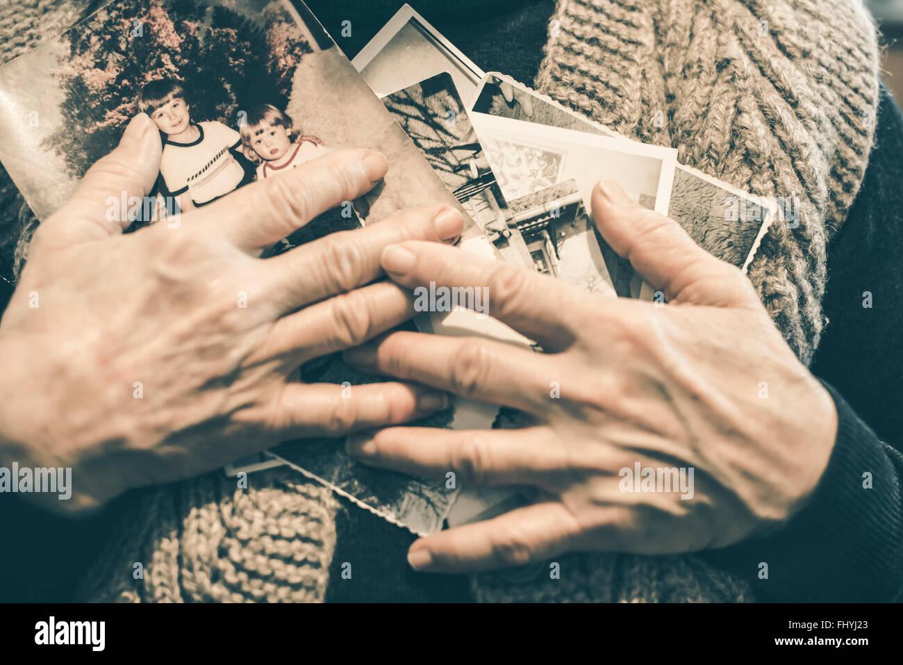 Händen der älteren Frau mit alten Fotografien, close-up Stockbild