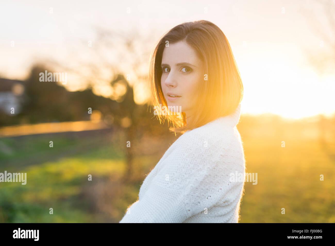 Porträt von Brünette Frau im Feld bei Sonnenaufgang Stockbild