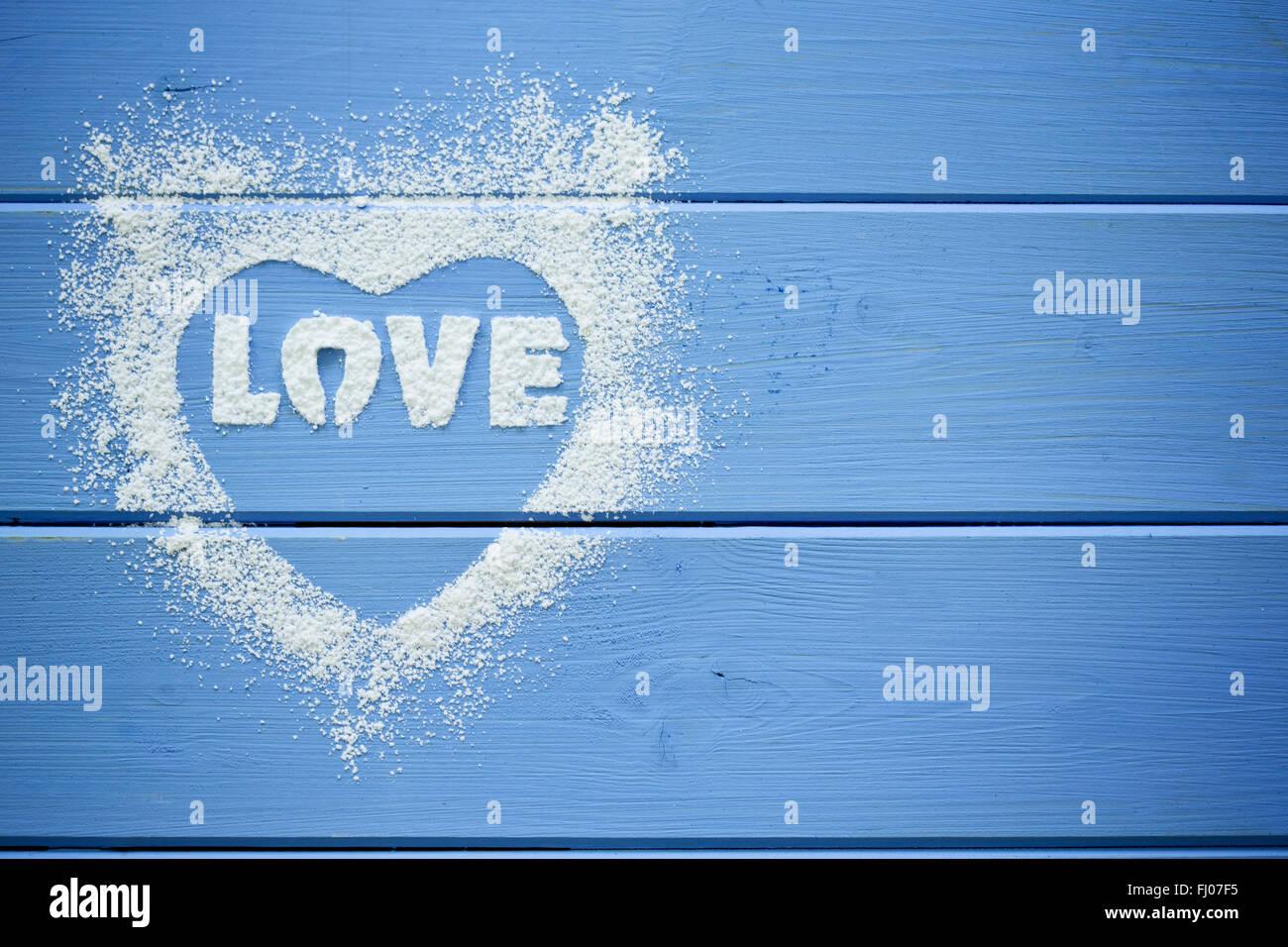 Herzform und das Wort 'Liebe' Schablonen mit Puderzucker Stockbild