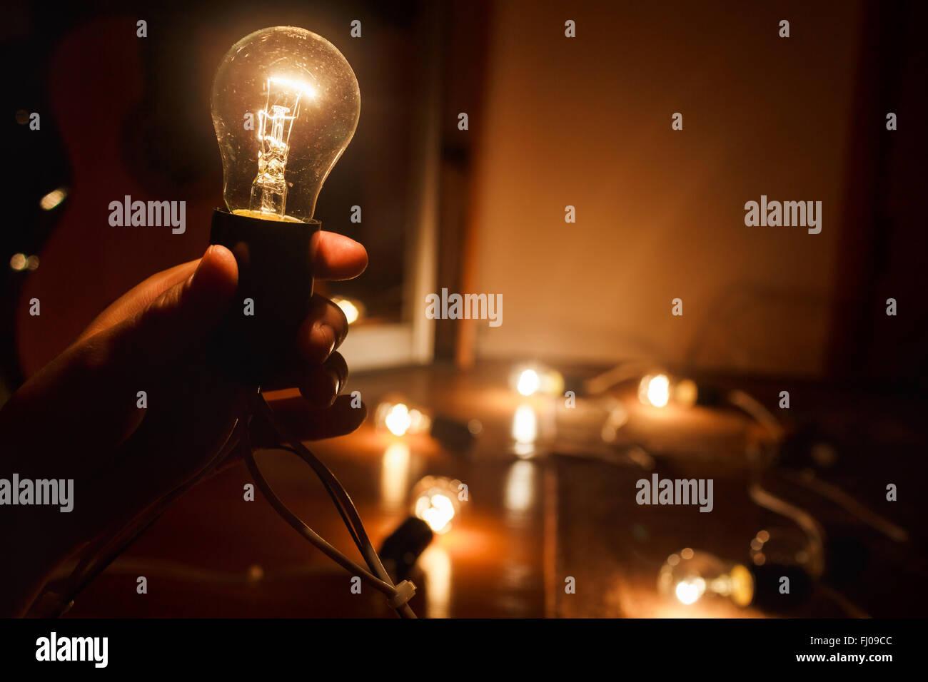 Lampen En Licht : Weißglühende glühlampe warme eingeschaltet. girlande aus wolfram
