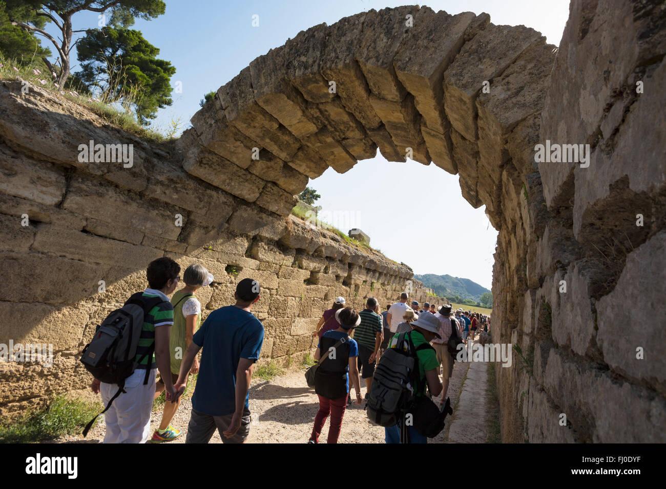 Olympia, Peloponnes, Griechenland.  Das antike Olympia.  Eingang zum Stadion, wo sportliche Veranstaltungen stattfanden. Stockbild