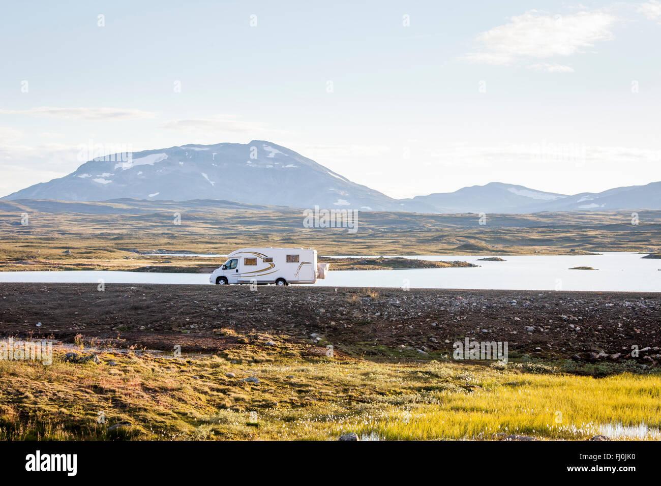 Bild eines Reisemobils, RV, in der Wildnis von Schwedisch-Lappland. Stockfoto