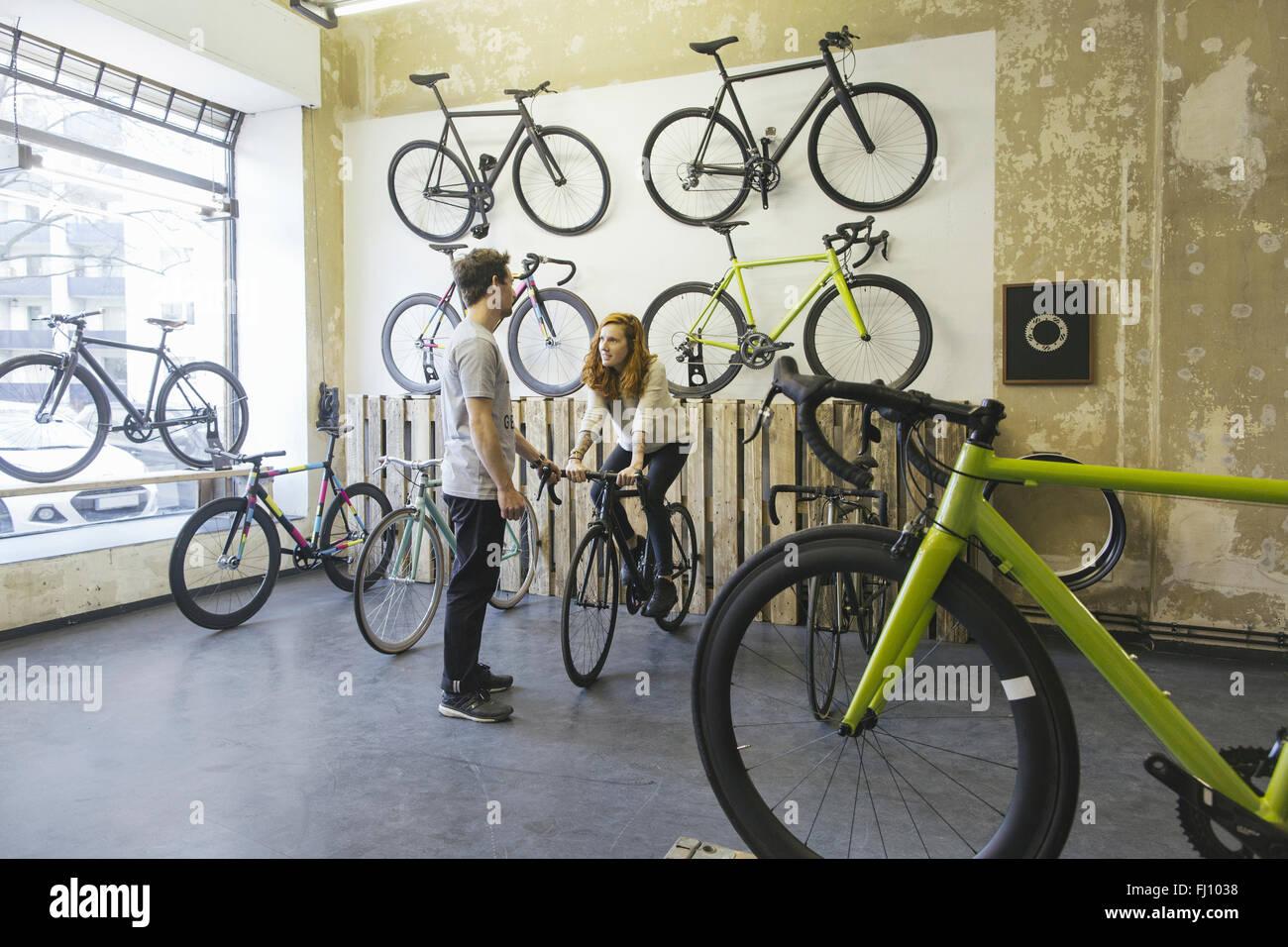 Kunden, die Renn-Testzyklus in eine maßgeschneiderte Fahrradladen Stockbild