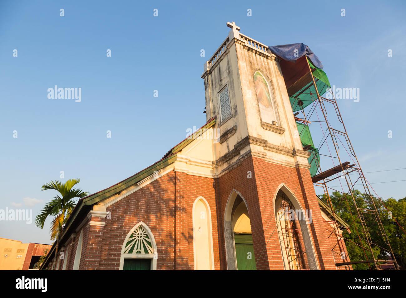 Eine katholische Kirche, die aus der französischen Kolonialzeit in Pakse im Süden Laos Stockbild