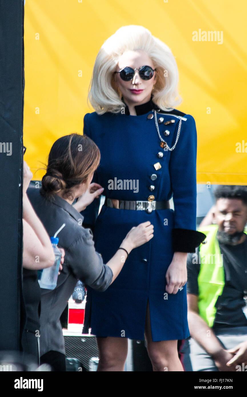 Los Angeles, Kalifornien, USA. 27. Februar 2016. Lady Gaga ist hinter den Kulissen mit einem Arbeiter helfen ihr Stockbild