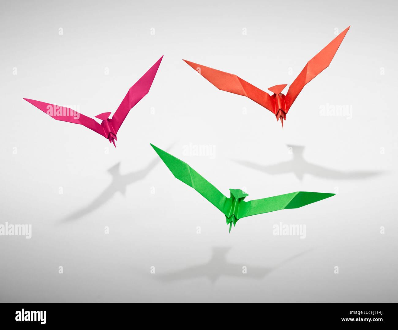 Gruppe von drei fliegende Vögel in Origami, es ist ein Weg für jeden Vogel. Stockbild