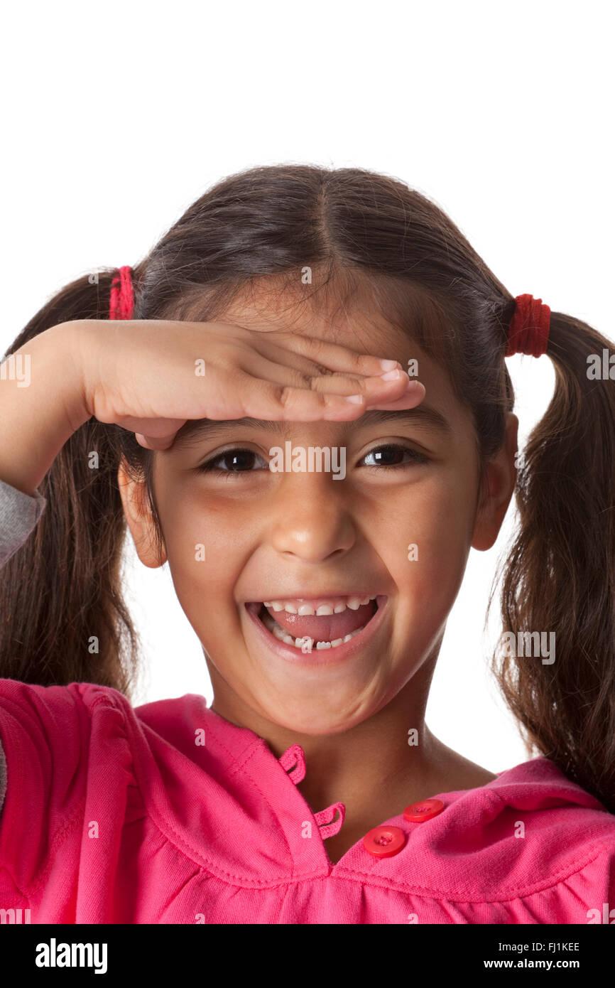 Glückliches kleine Mädchen ist in der Ferne suchen. Stockbild