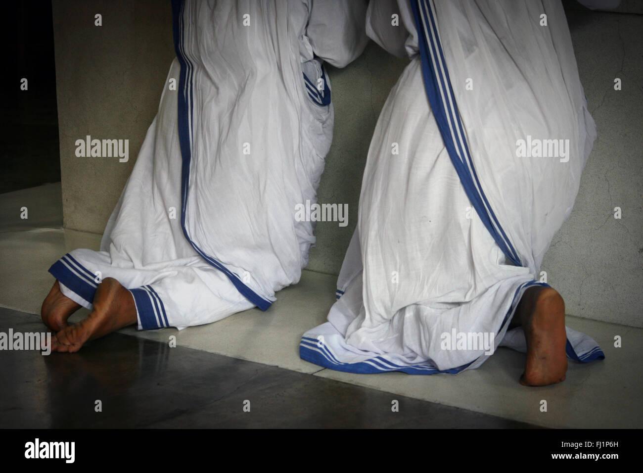 Nonnen beten im Mutter Haus in Kalkutta, am Grab von Mutter Teresa - Die Missionarinnen von der Nächstenliebe Stockfoto