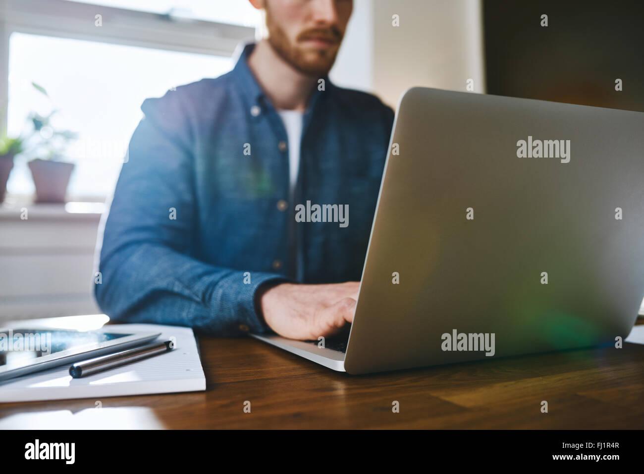 Nahaufnahme des Menschen arbeiten am Laptop Geschäftskonzept Konzept arbeiten Stockbild