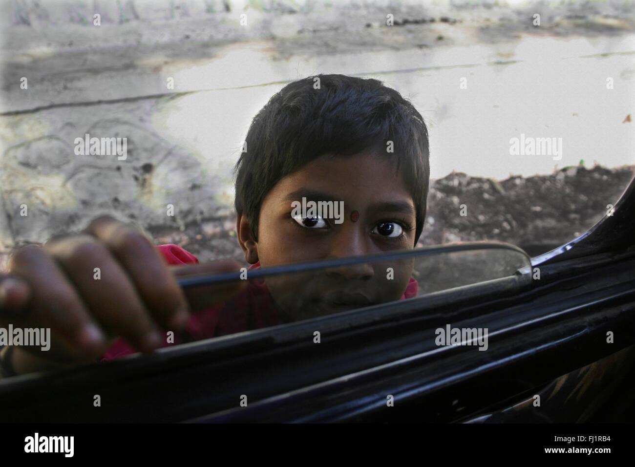 Junge Mädchen Bettler zu Taxi Fenster im Verkehr von Mumbai, Indien Stockbild