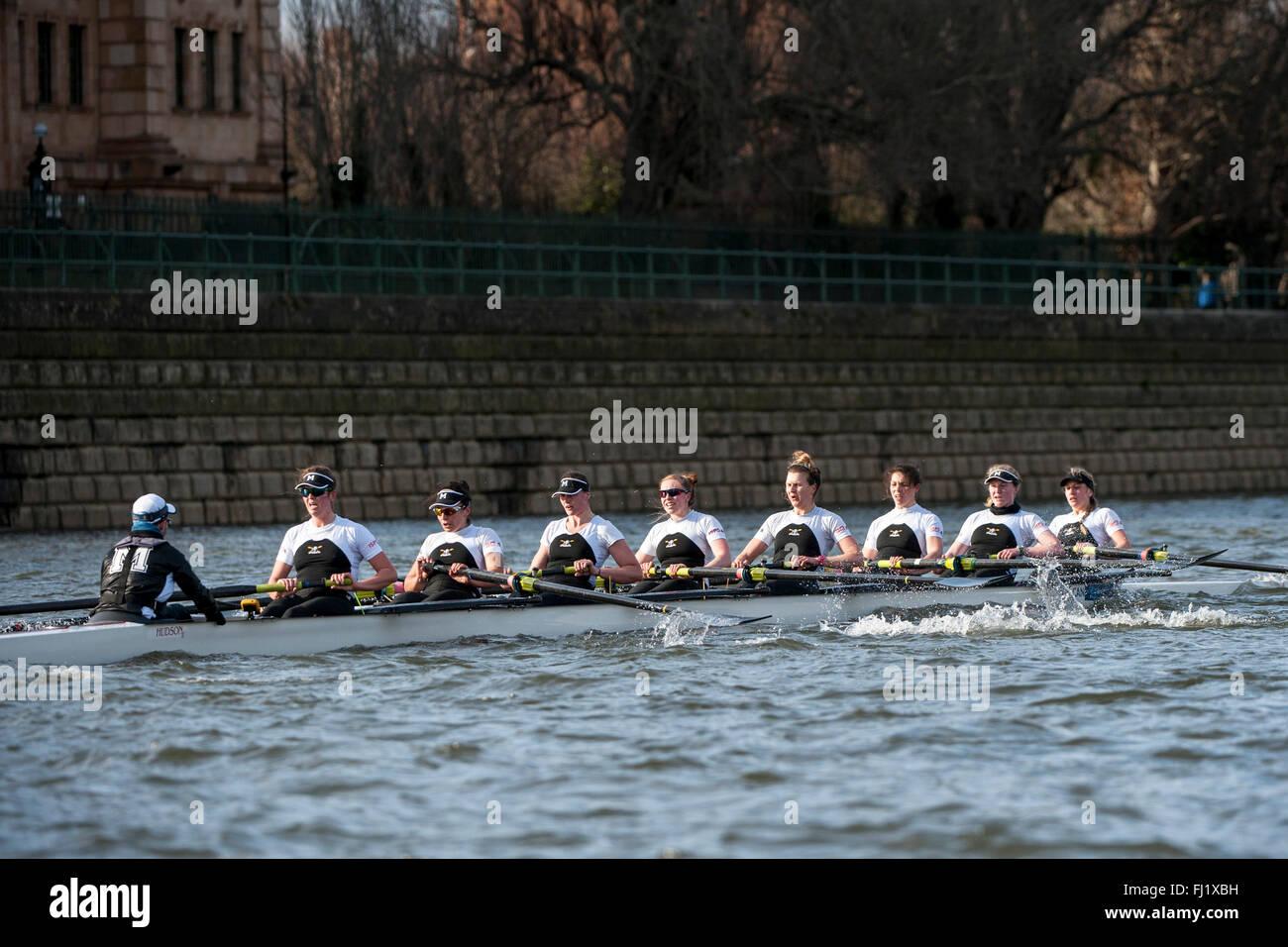 London, UK. 28. Februar 2016.  Molesey Boot auf der Themse während ihrer Befestigung gegen Oxford University Stockbild