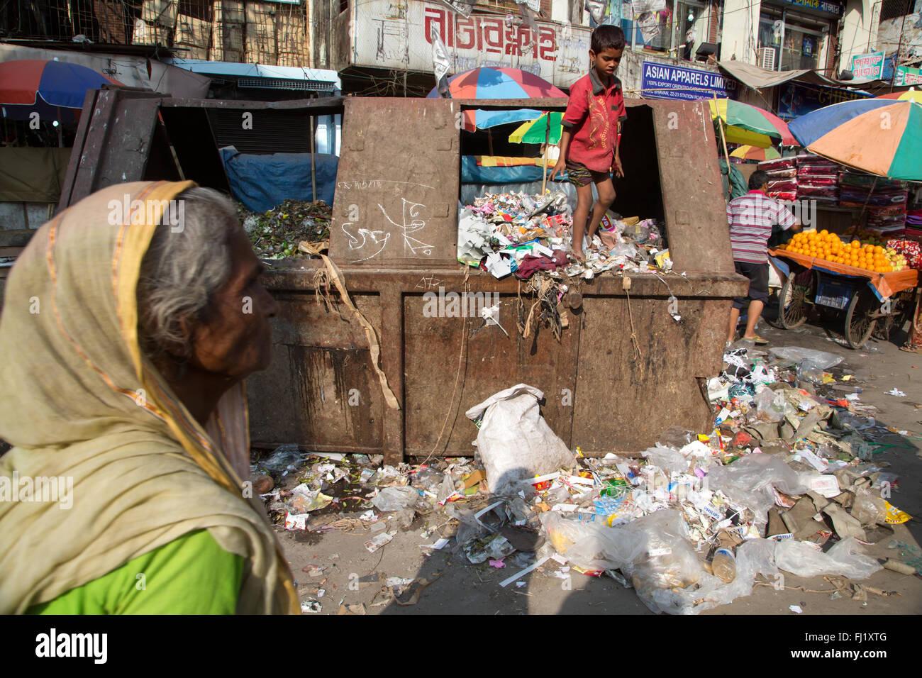 Armes Kind sucht in eine Müllhalde, Chittagong, Bangladesch Stockbild