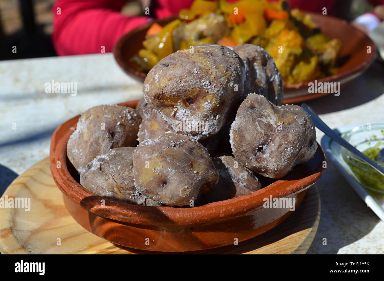 Papas Arrugadas - faltig Spezialität Kartoffeln der Kanarischen Inseln. Diese sind von Teneriffa. Stockbild
