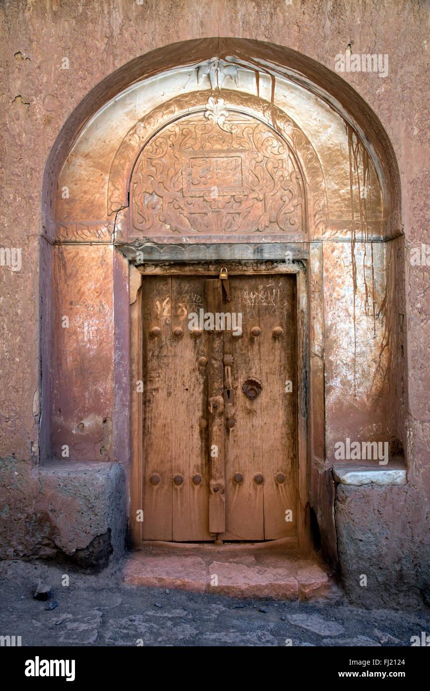 Alte Holztür - Architektur im Dorf Abyaneh, Iran Stockbild