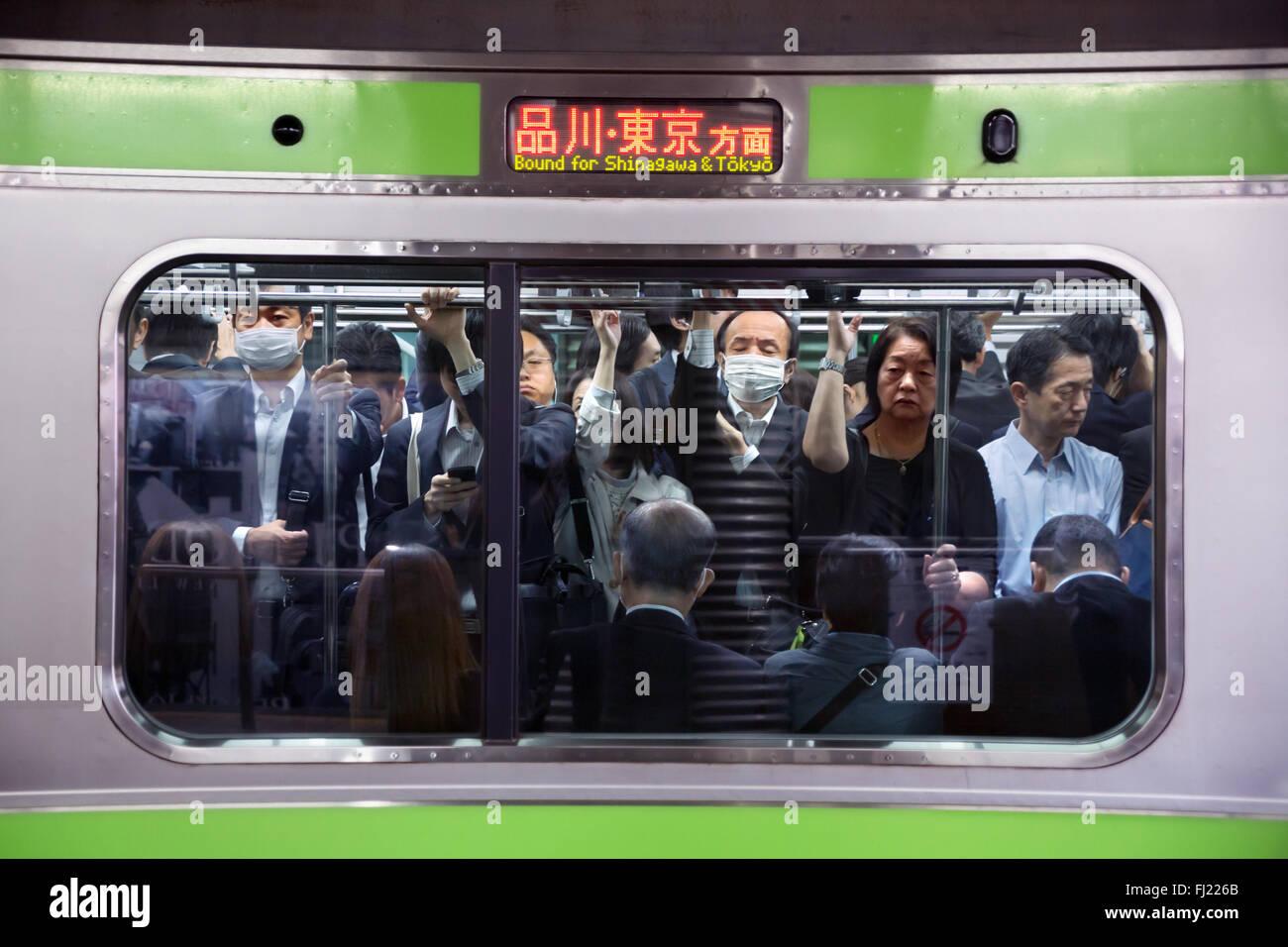 Menge und Rush Hour in den frühen Morgen für die Beschäftigten in der U-Bahn von Tokio, Japan Stockbild