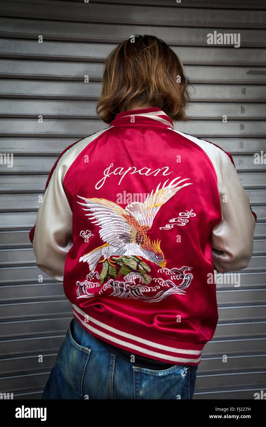 "Mann mit schönen ""Japan"" Jacke in Tokio, Japan. Stockbild"