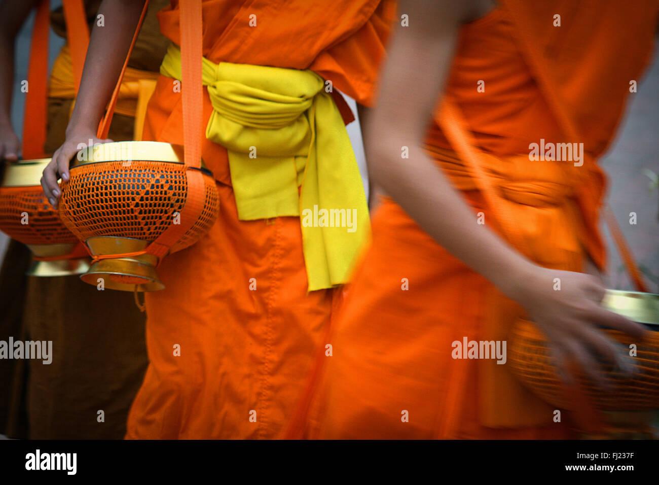 Tak Bat Zeremonie am Morgen - Buddhistische Mönche erhalten Reis und Essen von Bevölkerung in Luang Prabang, Stockbild