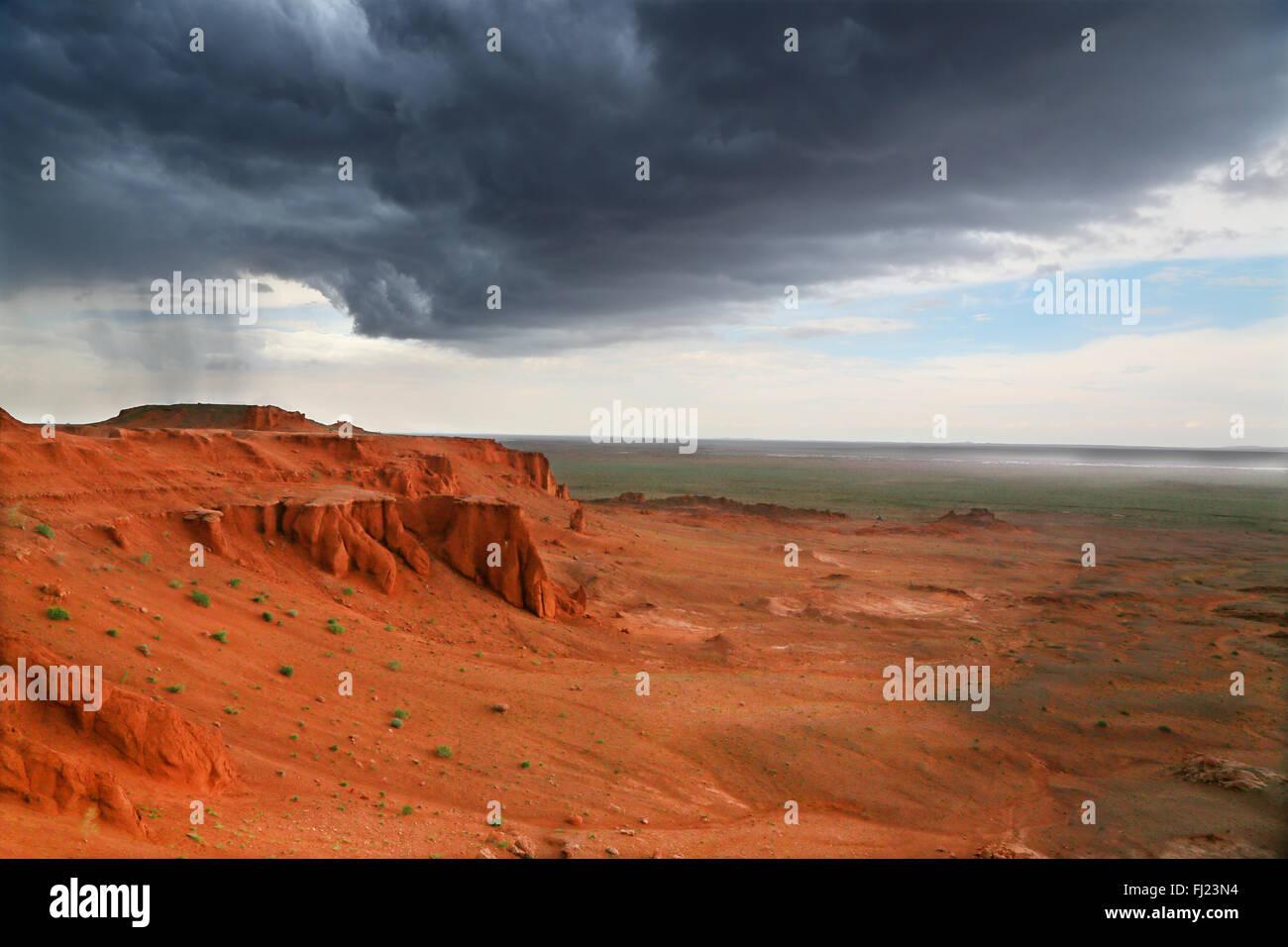Mongolei-Landschaft - die Bayanzag flammenden Klippen Stockfoto