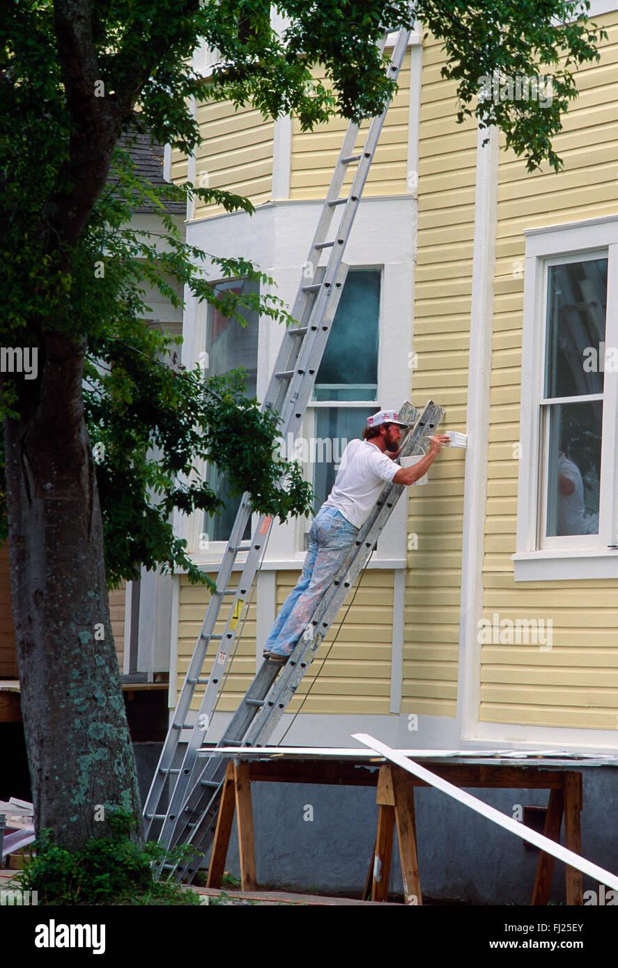 Professionelle Maler auf Leiter Gemälde historischen Haus, Charleston, South Carolina, USA Stockbild