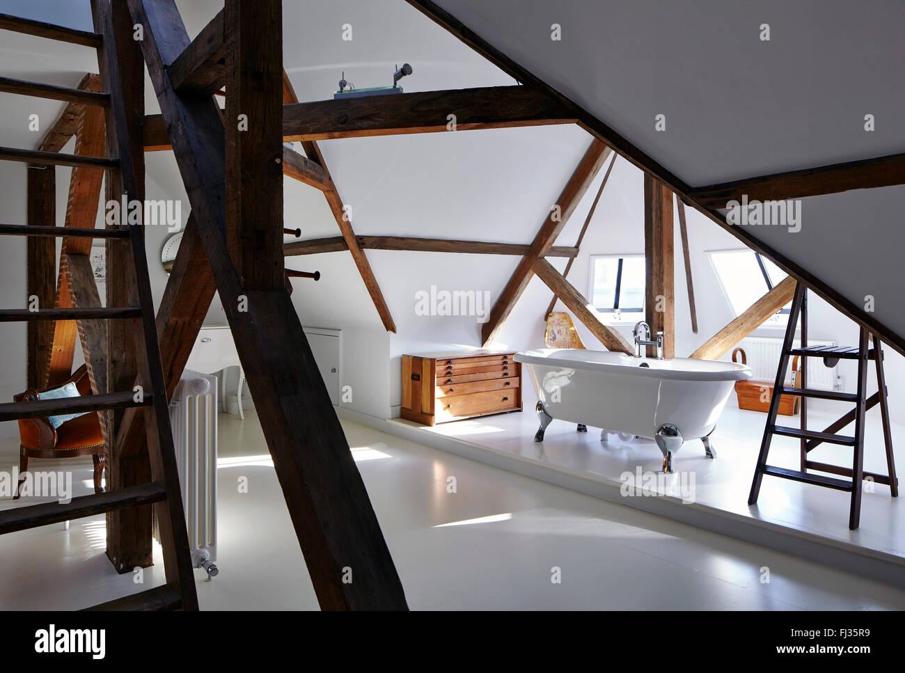 Blick auf Dachgeschoss Badezimmer mit Sichtbalken Ursprungselement ...