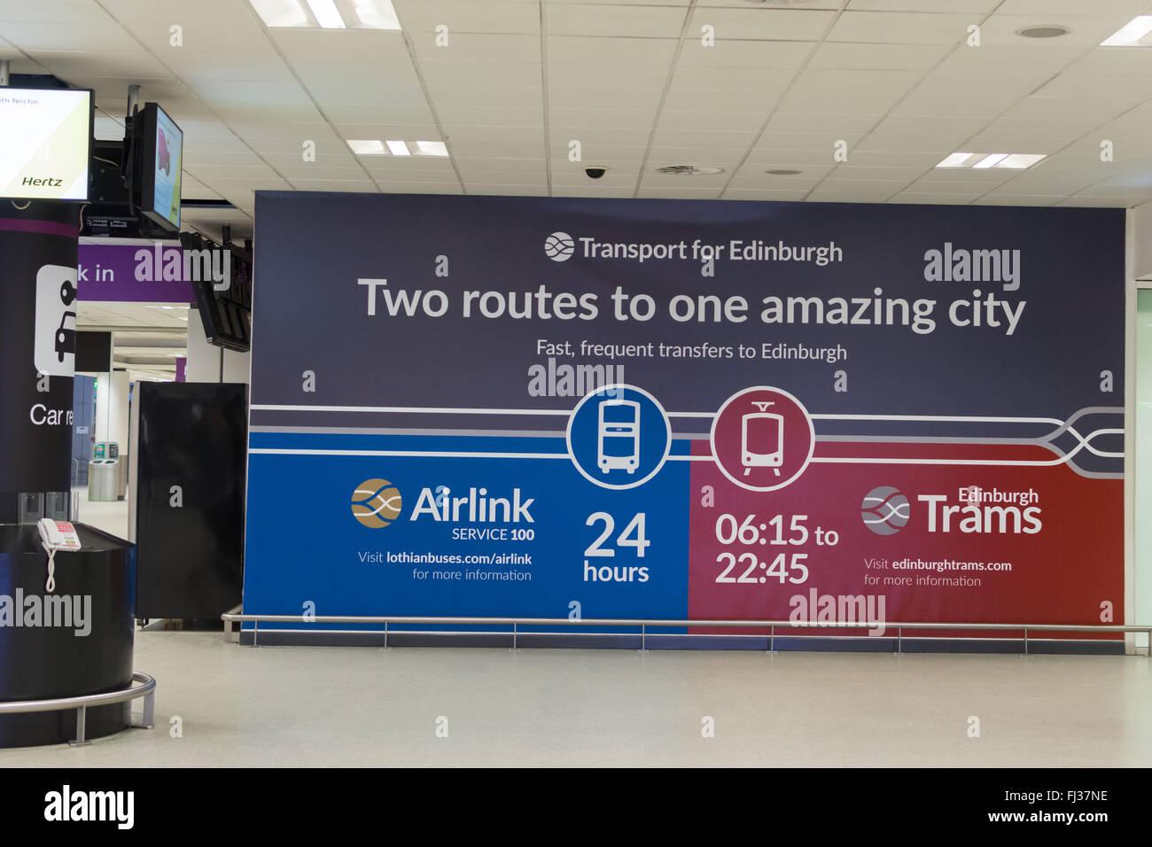 Edinburgh Flughafen Zeichen Werbung Verkehrsanbindung zum Stadtzentrum von Edinburgh - Airlink und Edinburgh Straßenbahnen Stockbild