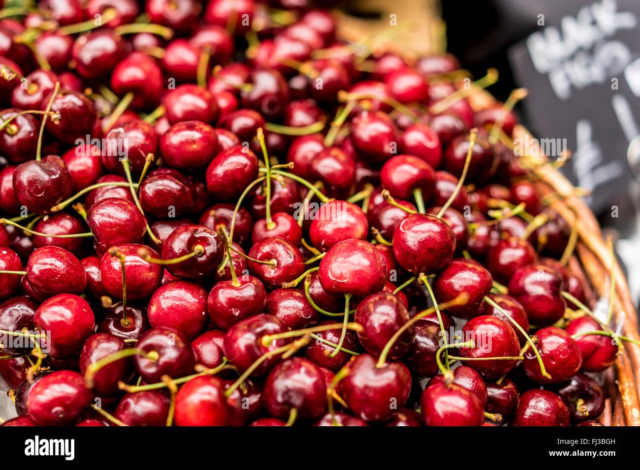 Nahaufnahme von einen Korb mit frischen reifen Kirschen für den Verkauf auf einem Marktstand Stockfoto