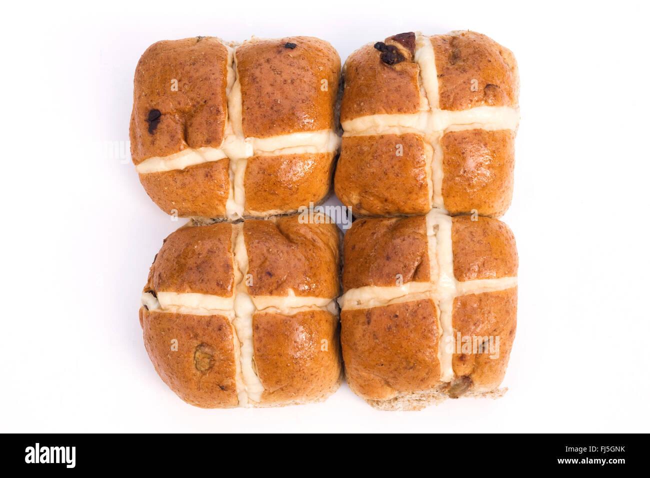 Vier Hot Cross Buns auf weißem Hintergrund. Stockbild