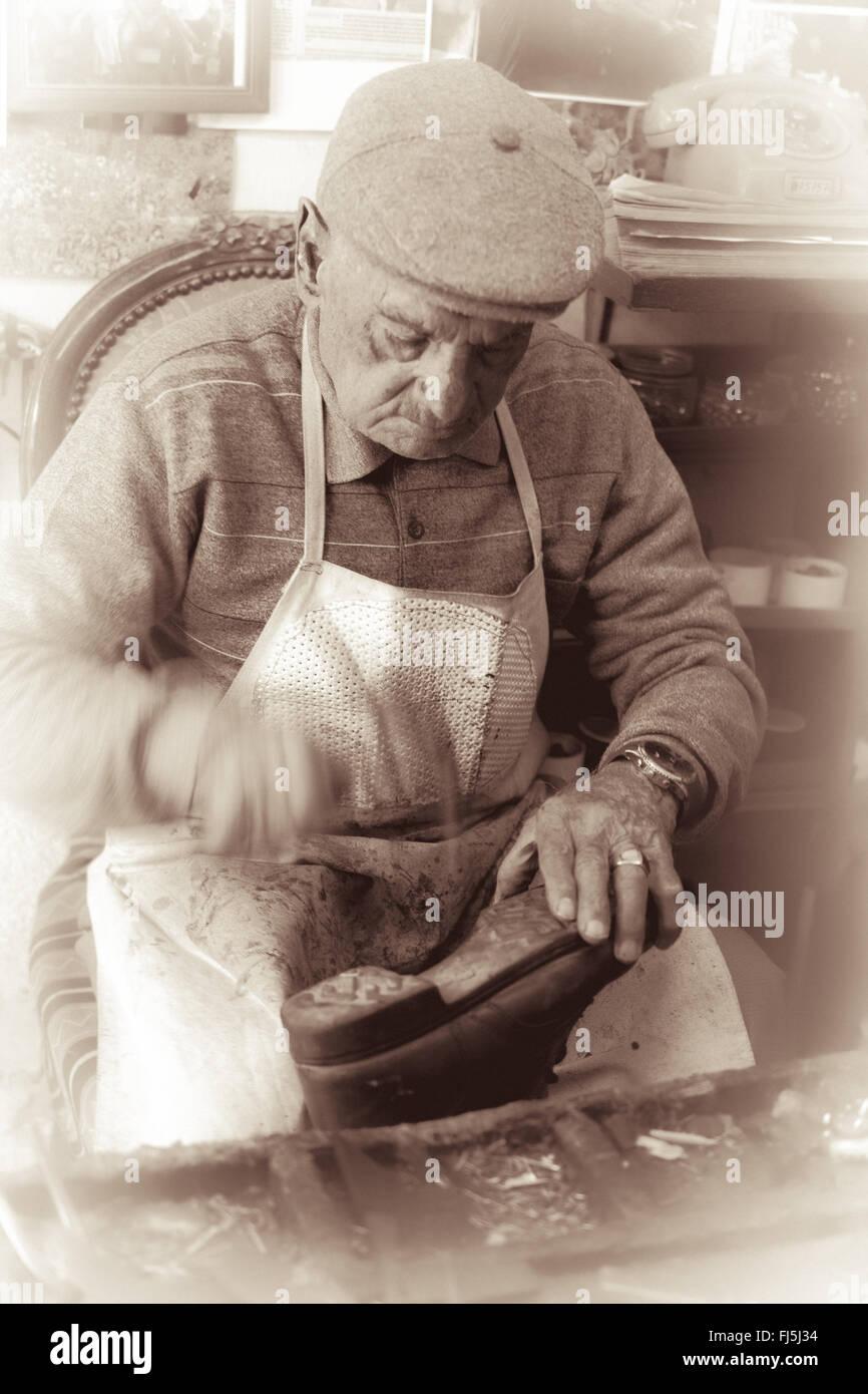 In der Werkstatt vögelt ein deutsches altes Paar