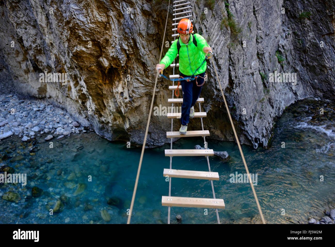 Klettersteig Chateau Queyras : Kletterer die Überquerung der schlucht auf einer hängebrücke