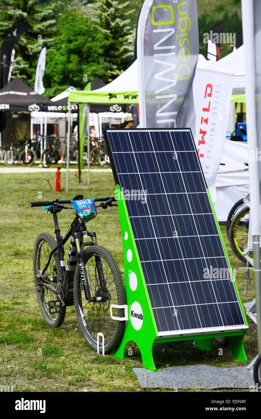 E-Bike aufladen mit solar Strom, Frankreich, Savoie Stockbild