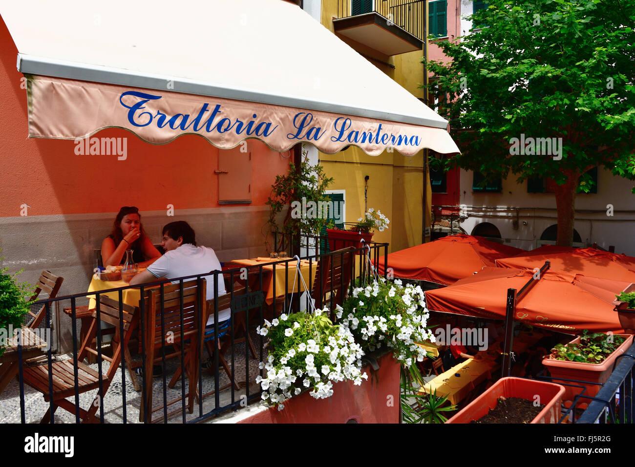 Outdoor Küche Aus Italien : Leute essen traditionelle italienische küche in outdoor restaurant