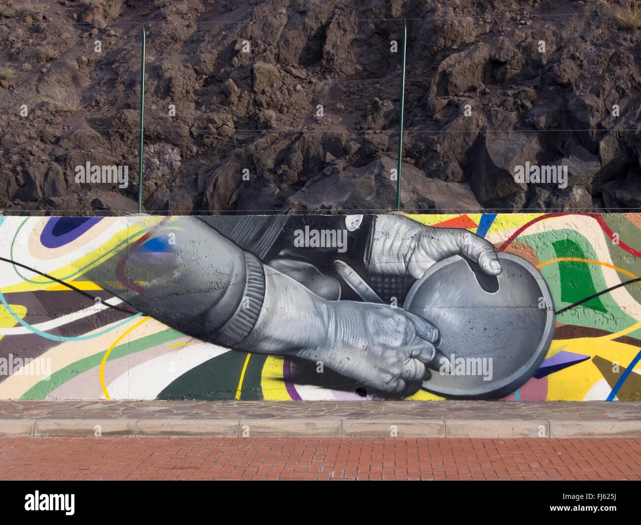 Neue farbenfrohe moderne Wandbild am Straßenrand in Puerto Santiago Kanaren Spanien Darstellung traditionelles Stockbild