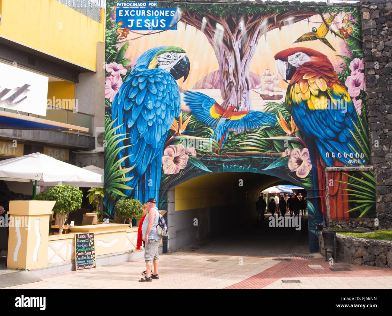 Bunte gesponserten Wandbild auf eine Fußgängerunterführung Strand Las Vistas in Los Christianos Teneriffa Stockbild