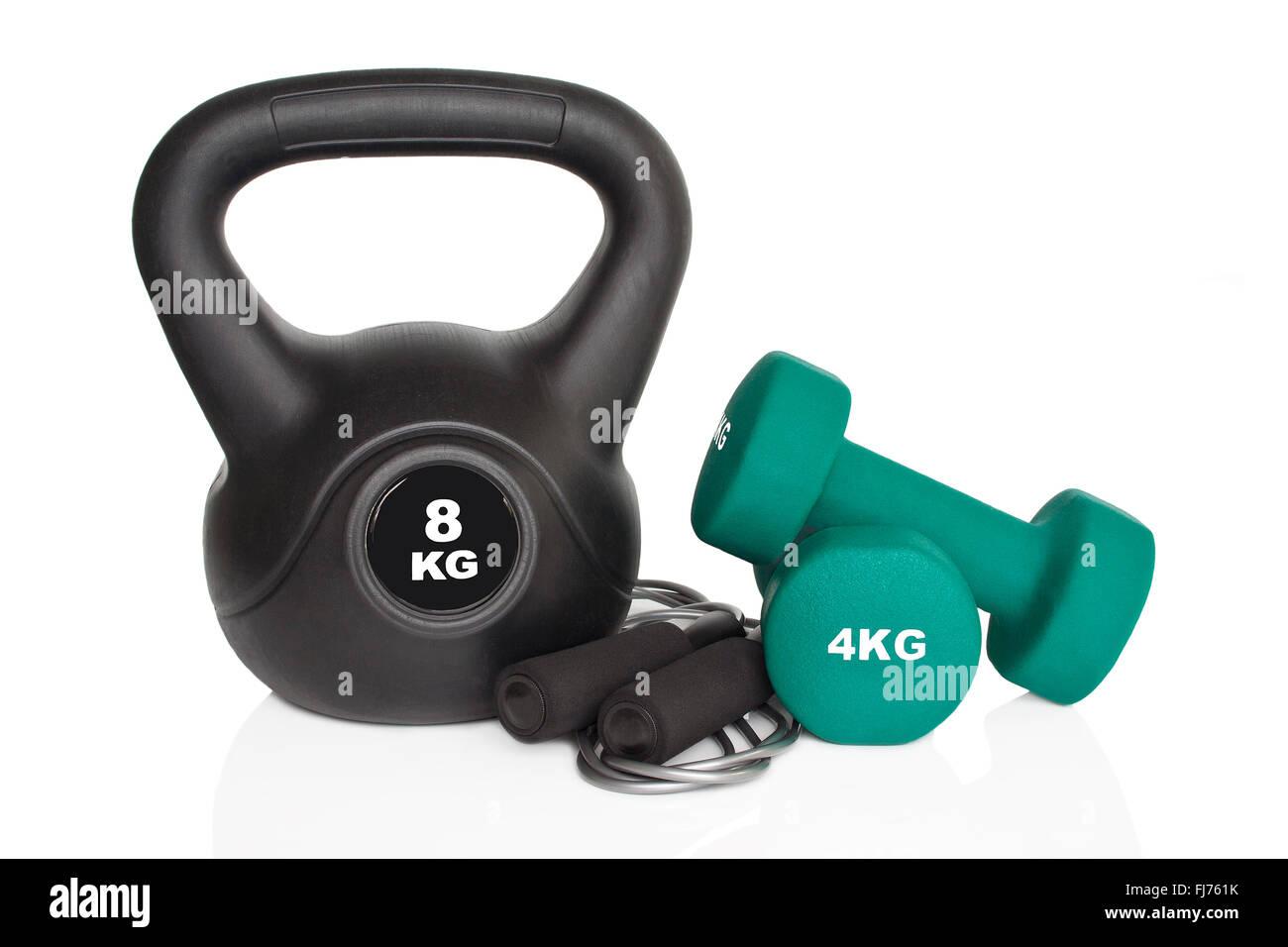 Hanteln, Kettlebell und Springseil isoliert auf weißem Hintergrund. Gewichte für ein Fitness-Training. Stockbild
